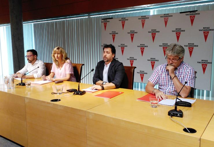 Los tres portavoces de los grupos firmantes acompañados del Alcalde, Pedro del Cura, que presentó el acto (José María Álvarez, de Rivas Puede, en primer plano;  Carmen Pérez, del PSOE; y Curro Corrales, de IU-Equo-Somos Rivas)